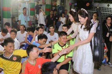 Hoa hau My Linh, A hau Thuy Dung vui trung thu cung cac em nho - Anh 5