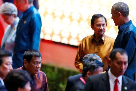 Hai phut gap nhau cua ong Obama va ong Duterte tai Lao - Anh 1