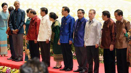Hai phut gap nhau cua ong Obama va ong Duterte tai Lao - Anh 2