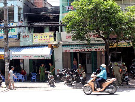 Co gai khoa than nhay khoi ban cong trong can nha boc chay o Sai Gon - Anh 2