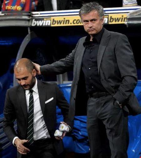 Mourinho se moi Pep Guardiola... uong ruou sau tran derby - Anh 2