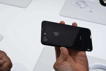 Apple canh bao iPhone 7 mau Jet Black de bi tray xuoc - Anh 1