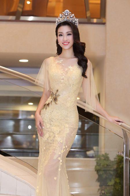 Hoa hau My Linh dien dam goi cam lan dau di su kien - Anh 2