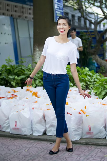 Hoa hau Thuy Dung tang qua trung thu cho benh nhan nhi - Anh 1