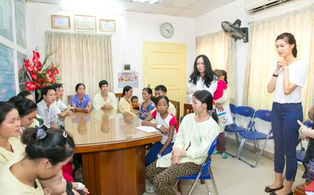 Hoa hau Thuy Dung tang qua trung thu cho benh nhan nhi - Anh 2