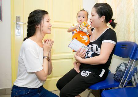 Hoa hau Thuy Dung tang qua trung thu cho benh nhan nhi - Anh 3