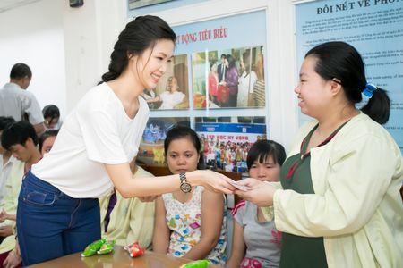 Hoa hau Thuy Dung tang qua trung thu cho benh nhan nhi - Anh 4