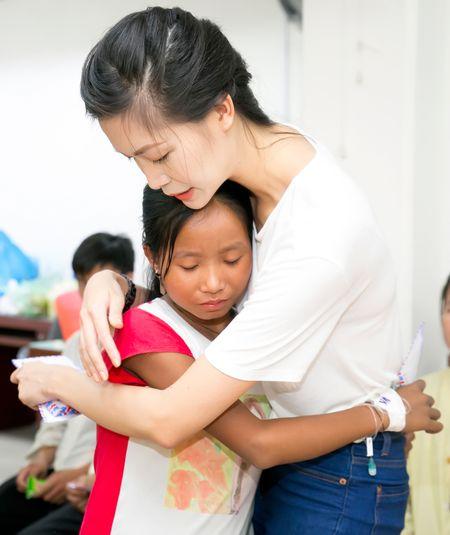 Hoa hau Thuy Dung tang qua trung thu cho benh nhan nhi - Anh 6