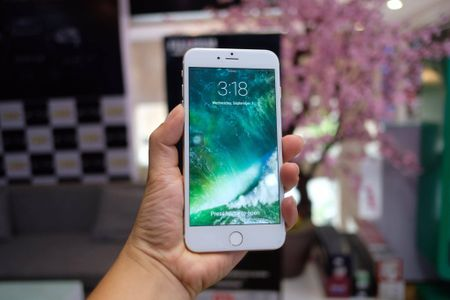 iPhone 7 Plus hang nhai gia hon 2 trieu tai Viet Nam - Anh 1