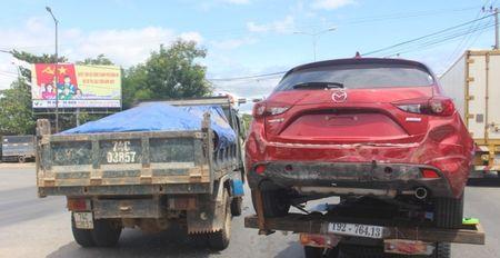 Chua kip 'xuong duong', Mazda3 bi xe ben dam bep dum - Anh 1