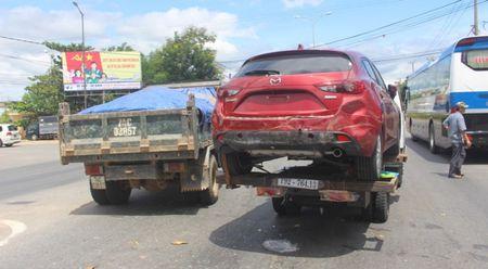 Chua kip 'xuong duong', Mazda3 bi xe ben dam bep dum - Anh 3