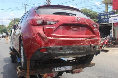 Chua kip 'xuong duong', Mazda3 bi xe ben dam bep dum - Anh 4