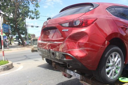 Chua kip 'xuong duong', Mazda3 bi xe ben dam bep dum - Anh 5