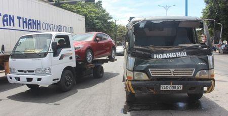 Chua kip 'xuong duong', Mazda3 bi xe ben dam bep dum - Anh 6