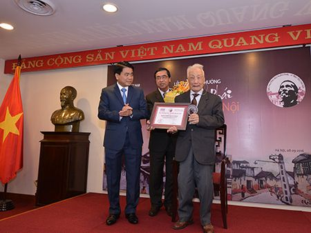 Nghe si Nhiep anh Le Vuong duoc vinh danh Giai thuong Lon 'Vi tinh yeu Ha Noi' - Anh 2