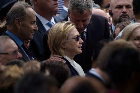 Bi to khong du suc khoe, ba Clinton van phot loi bac si - Anh 1