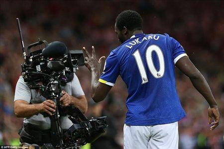 Lap hat-trick trong 11 phut, Romelu Lukaku giup Everton chiem Top 3 cua MU - Anh 1