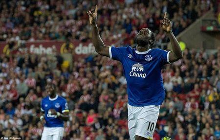Lap hat-trick trong 11 phut, Romelu Lukaku giup Everton chiem Top 3 cua MU - Anh 3