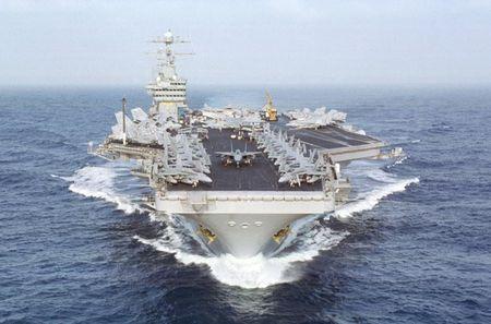 "Cuoc ""vuot can"" la lung tren tau san bay USS Dwight D. Eisenhower - Anh 1"