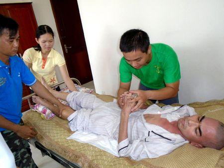 Dien vien Nguyen Hoang van liet nua nguoi sau 10 thang tai bien - Anh 2