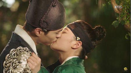 May hoa anh trang tap 7: Park Bo Gum - Kim Yoo Jung hon nhau dam duoi - Anh 1