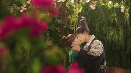 May hoa anh trang tap 7: Park Bo Gum - Kim Yoo Jung hon nhau dam duoi - Anh 2