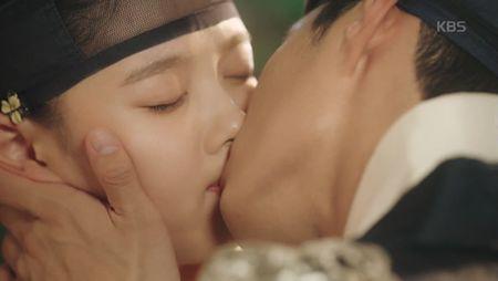 May hoa anh trang tap 7: Park Bo Gum - Kim Yoo Jung hon nhau dam duoi - Anh 3