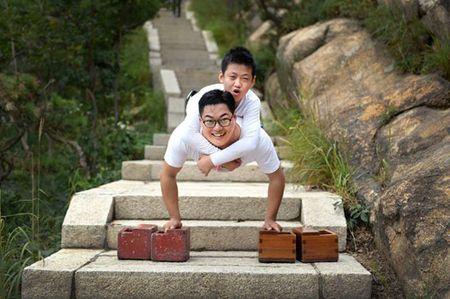 Cau be 11 tuoi khong chan cung thay leo nui cao 1132m truyen cam hung dan mang - Anh 1