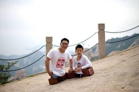 Cau be 11 tuoi khong chan cung thay leo nui cao 1132m truyen cam hung dan mang - Anh 4