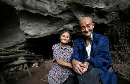 Cap vo chong 'troi sinh' song trong hang 54 nam van ngap tran hanh phuc - Anh 1