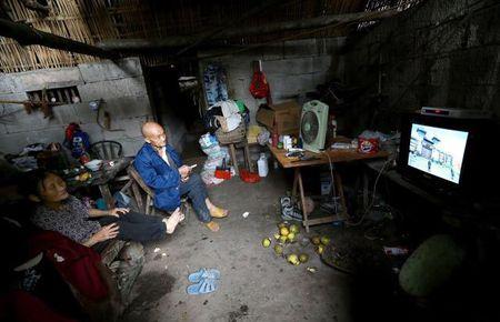 Cap vo chong 'troi sinh' song trong hang 54 nam van ngap tran hanh phuc - Anh 2