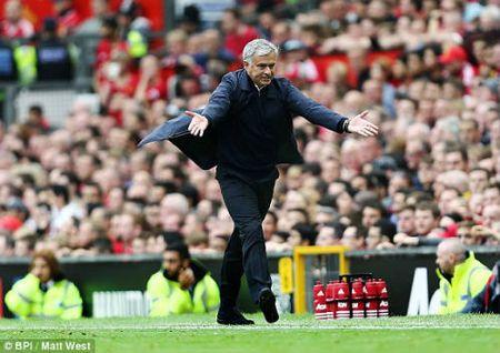 Mourinho hanh xu bat ngo voi cau thu MU giua tran derby - Anh 1