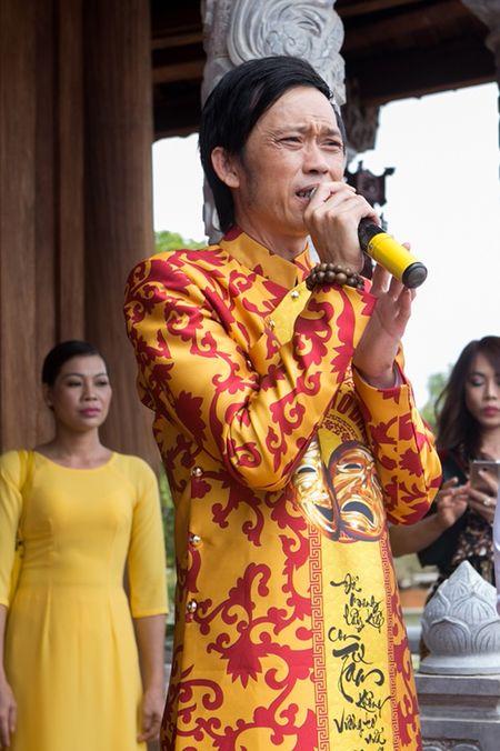 Nha tho To cua Hoai Linh bat ngo dong cua, ngan nguoi dan vao tham quan - Anh 1