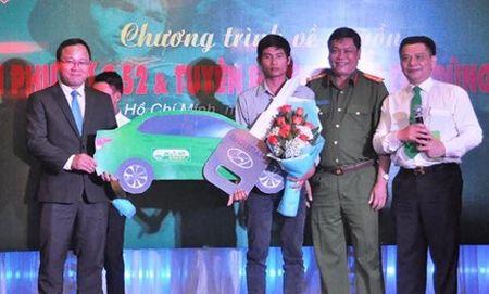 Trao xe taxi va tien thuong cho tai xe xe tai dung cam cuu nguoi Phan Van Bac - Anh 1