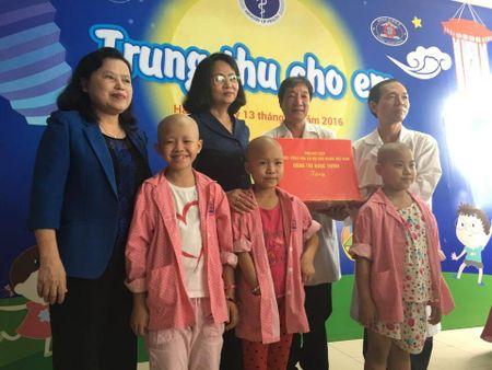Pho Chu tich nuoc trao qua Trung thu cho benh nhi ung buou - Anh 1