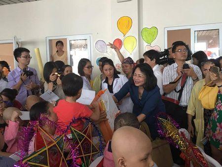 Pho Chu tich nuoc trao qua Trung thu cho benh nhi ung buou - Anh 2