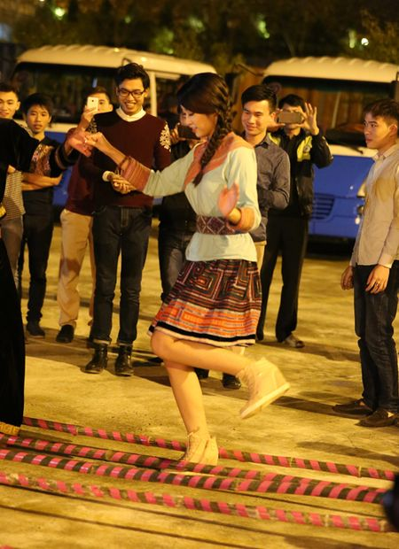 Do My Linh xinh dep nhay sap cung nguoi dan vung Tay Bac - Anh 1