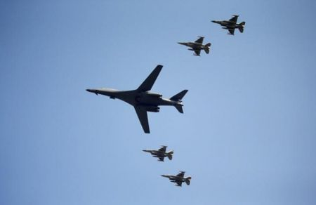 My dieu may bay nem bom B-1 den Han Quoc, 'dan mat' Trieu Tien - Anh 1
