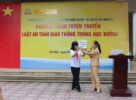 Ha Noi: Canh sat Giao thong tuyen truyen Luat an toan giao thong tai truong hoc - Anh 2