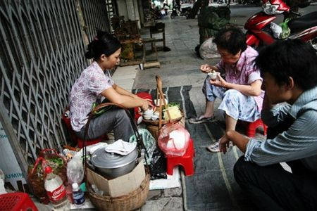 Rut tien o Viet Nam, khach Tay ngo minh la trieu phu - Anh 2