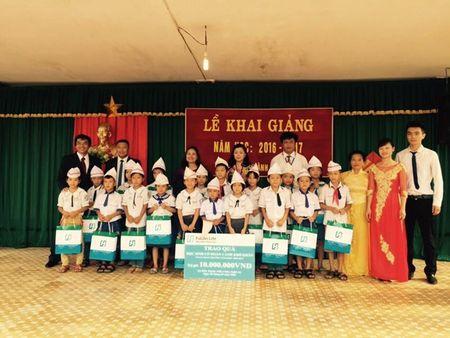 Fubon Life Viet Nam trao qua ngay khai truong cho tre em ngheo - Anh 1