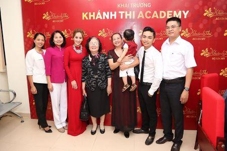 Ba ngoai Phan Hien den chuc mung Khanh Thi ra mat trung tam moi - Anh 2