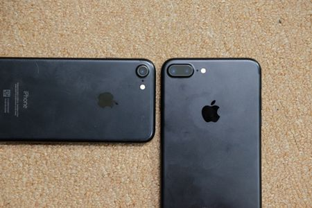 iPhone 7 Plus mau bac, mau den nham da ve Viet Nam - Anh 16