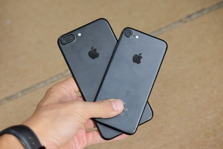 iPhone 7 Plus mau bac, mau den nham da ve Viet Nam - Anh 22