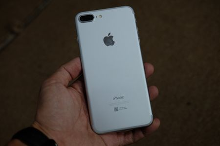 iPhone 7 Plus mau bac, mau den nham da ve Viet Nam - Anh 2