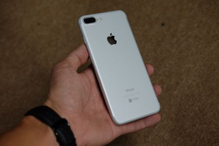 iPhone 7 Plus mau bac, mau den nham da ve Viet Nam - Anh 5