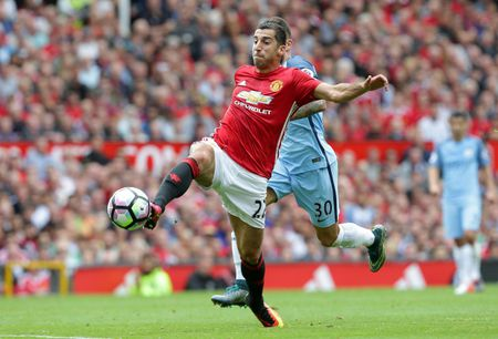 Bravo, Mkhitaryan lot doi hinh te nhat vong 4 Premier League - Anh 10