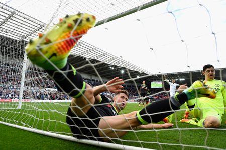 Bravo, Mkhitaryan lot doi hinh te nhat vong 4 Premier League - Anh 3