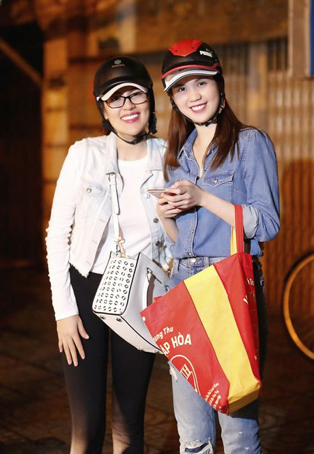 Ngoc Trinh, Phuong Le tang qua trung thu cho nguoi vo gia cu - Anh 10