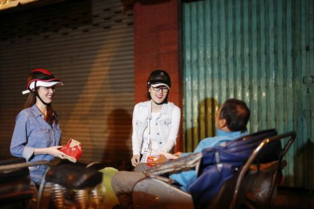 Ngoc Trinh, Phuong Le tang qua trung thu cho nguoi vo gia cu - Anh 3